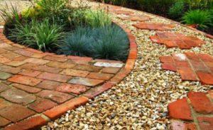 Suelo de ladrillos para decorar jardín